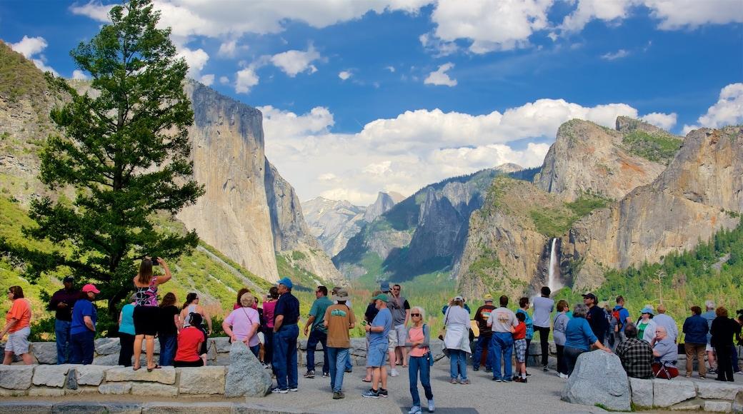 Tunnel View johon kuuluu vuoret ja näkymät sekä suuri ryhmä ihmisiä