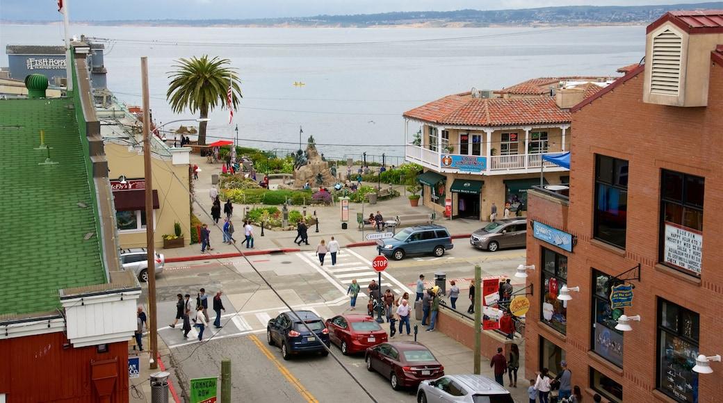Cannery Row mostrando uma cidade litorânea