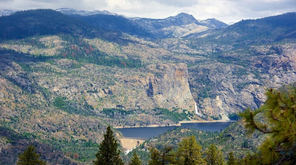 Hetch Hetchy Reservoir johon kuuluu metsänäkymät, rauhalliset maisemat ja maisemat