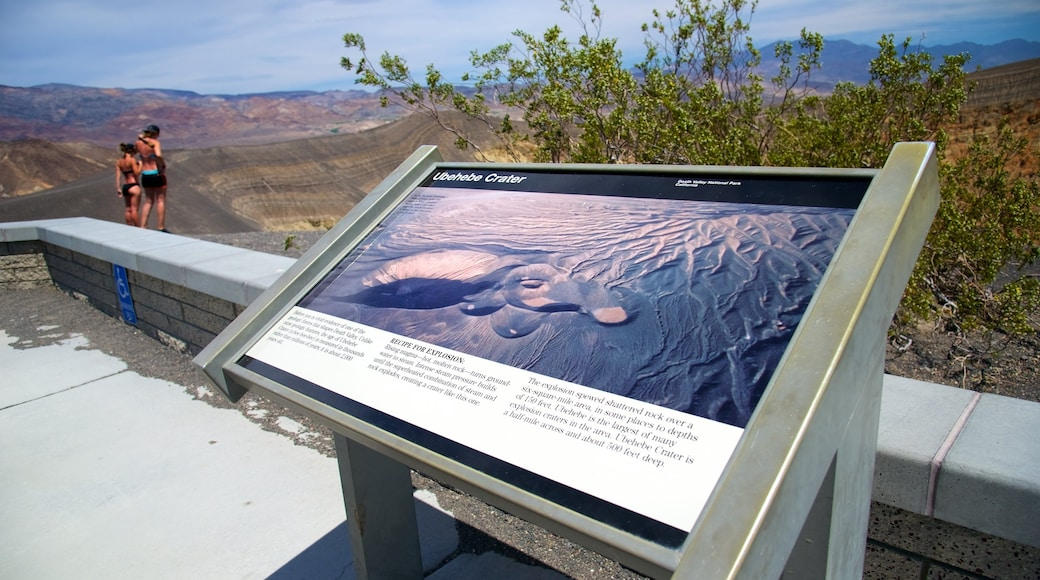 Death Valley som visar skyltar och stillsam natur