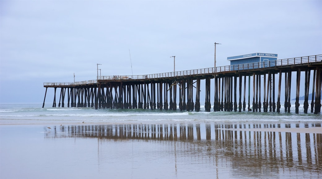 Pismo Beach Pier que inclui uma praia