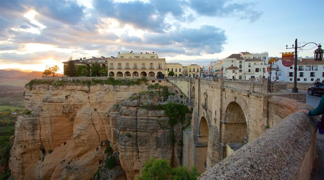 Puente Nuevo che include gola o canyon e piccola città o villaggio