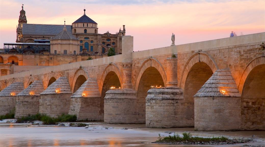 Puente romano mostrando un puente, elementos patrimoniales y un río o arroyo