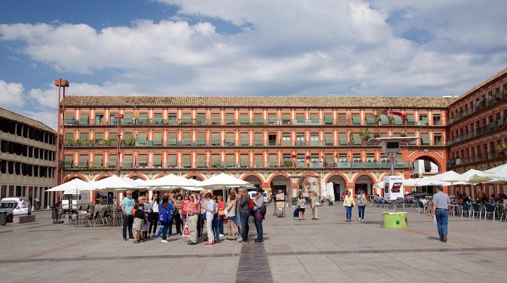 Andalucía que incluye una plaza y también un grupo grande de personas
