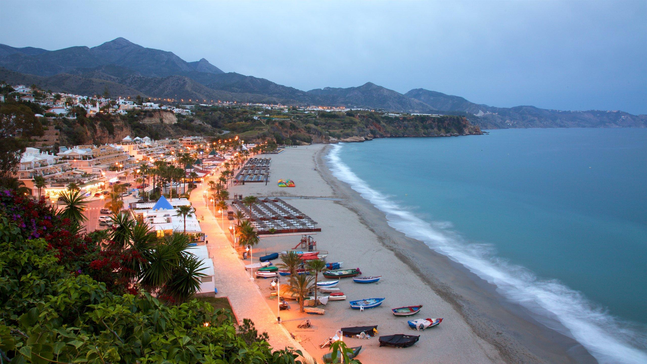 L'eau invitante de la Méditerranée, les sports nautiques, les bars sur la plage et une promenade animée font le charme des plages prisées de Nerja.