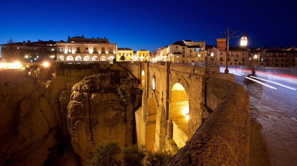 Puente Nuevo che include paesaggio notturno, oggetti d\'epoca e ponte