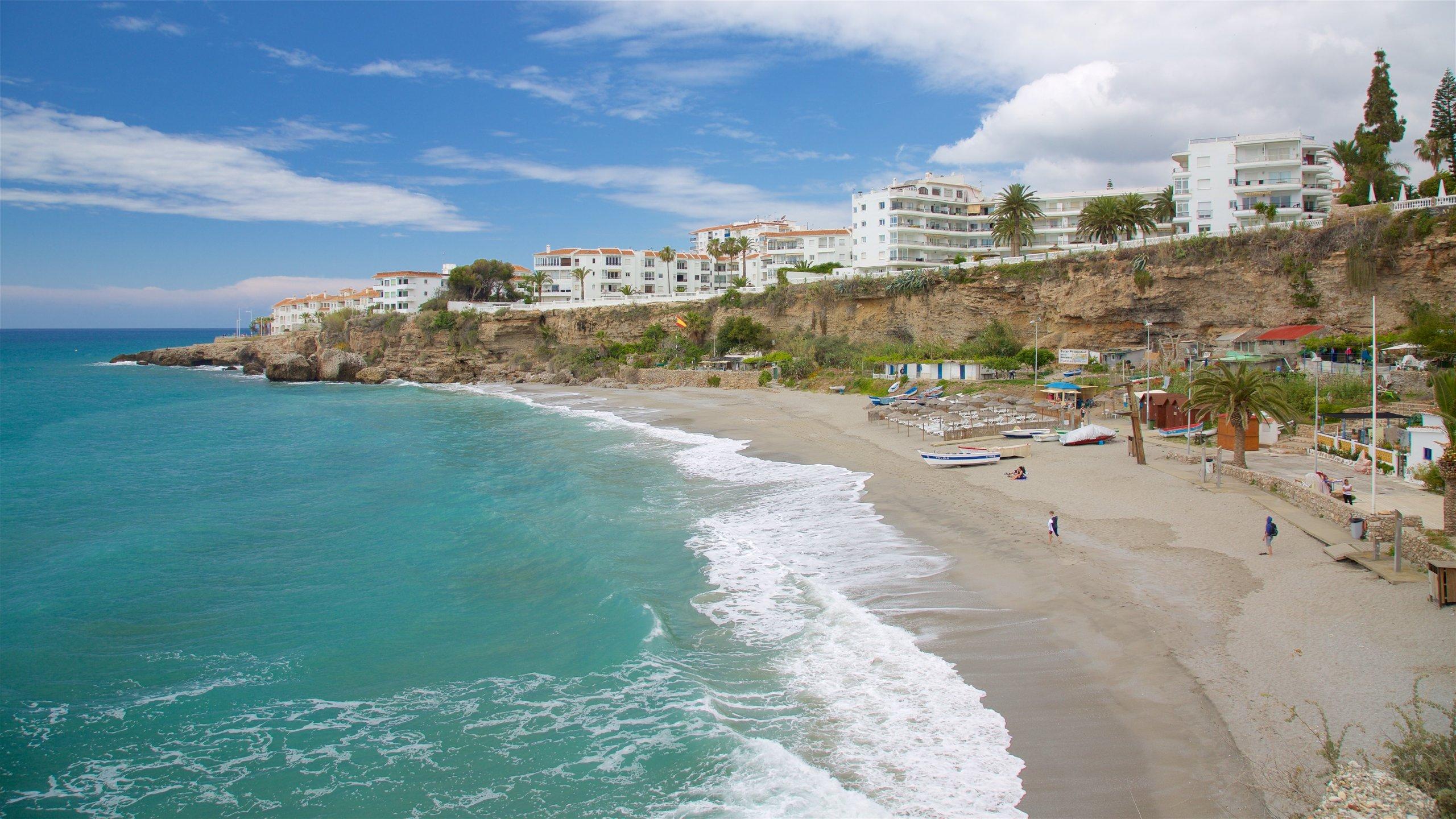 Évitez les foules touristiques et nagez dans l'eau sereine de cette charmante plage nichée dans l'ombre du Balcón de Europa.