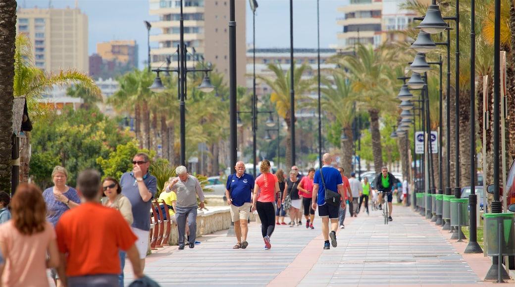 Playa Los Alamos toont straten en ook een grote groep mensen