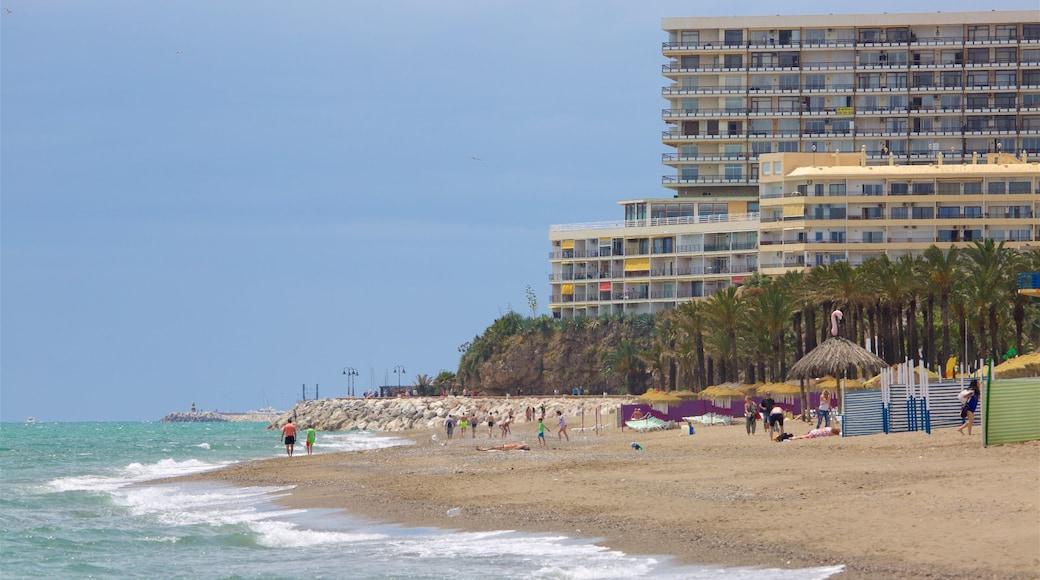 Torremolinos toont een kuststadje en een zandstrand