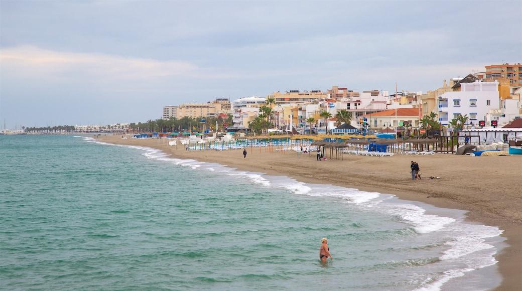 La Carihuela ofreciendo vistas generales de la costa, una playa y una ciudad costera