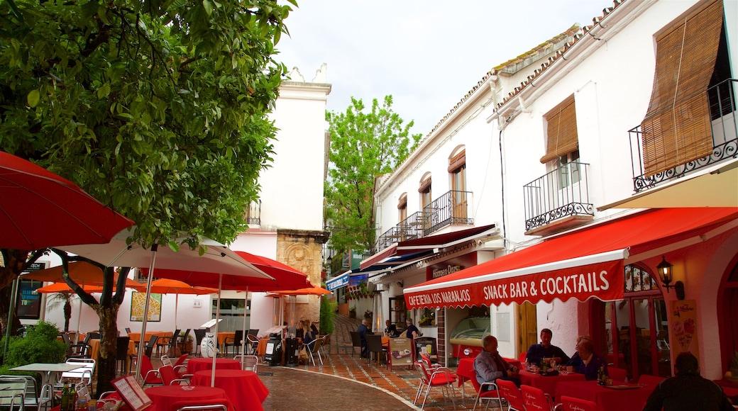 Plaza de los Naranjos welches beinhaltet Restaurants und Lokale, Straßenszenen und Essen im Freien