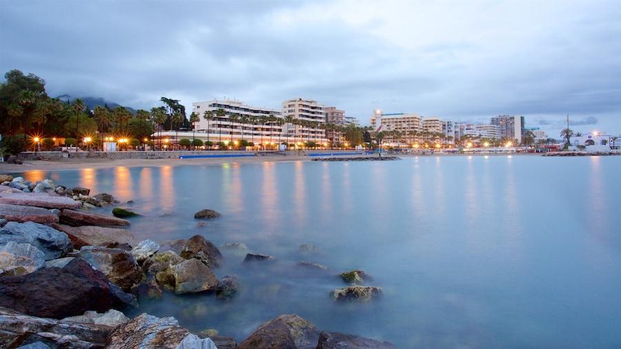 Marbella toont ruige kustlijn, een kuststadje en algemene kustgezichten