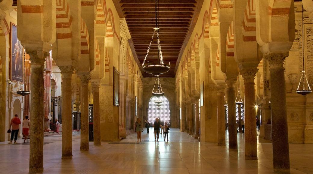 Mezquita de Córdoba ofreciendo vistas de interior y elementos patrimoniales