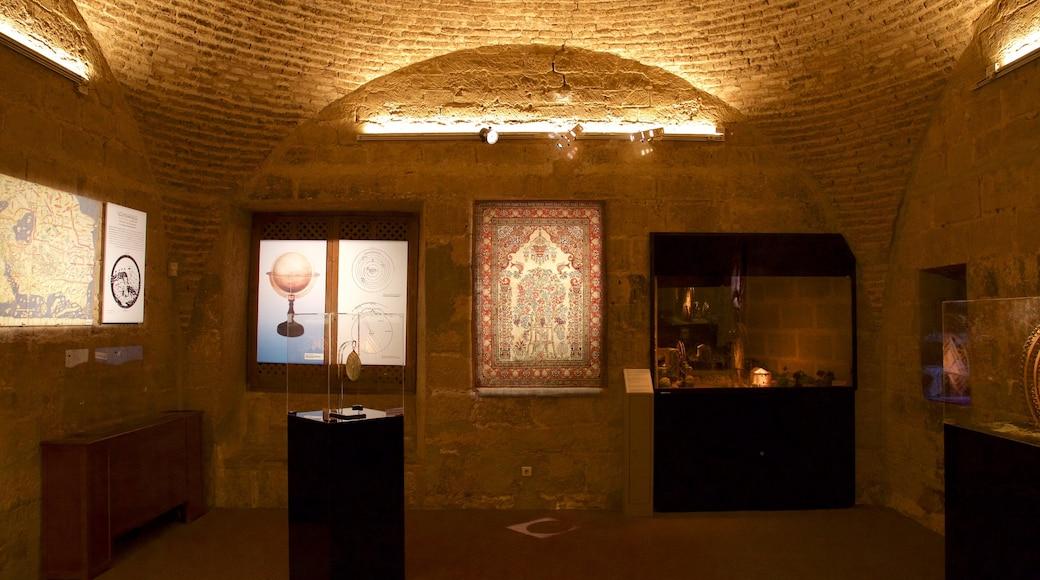 Torre de la Calahorra ofreciendo arte, elementos patrimoniales y vistas de interior