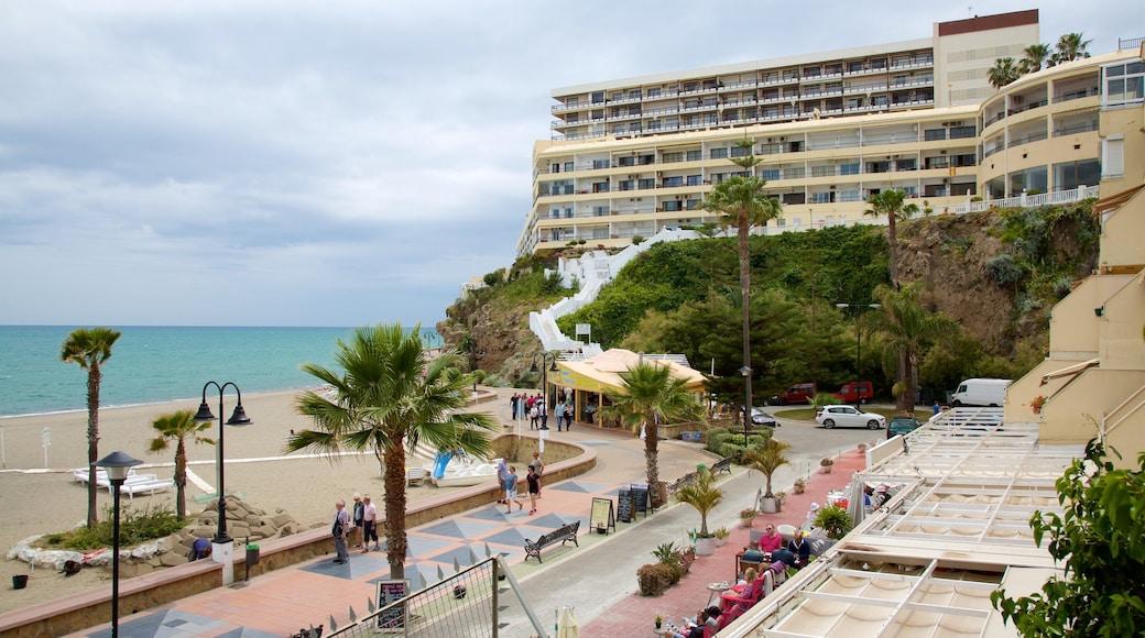 La Carihuela ofreciendo vistas generales de la costa y una ciudad costera