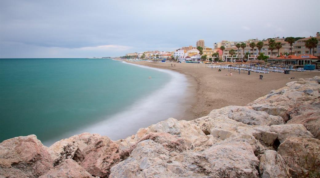 La Carihuela que incluye vistas generales de la costa y una playa