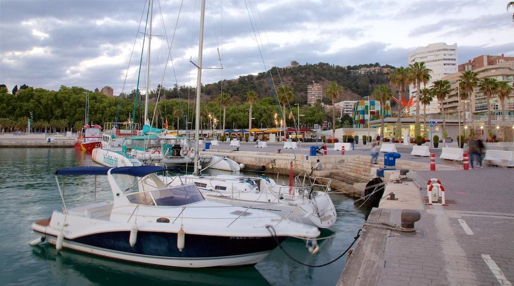 Malagas hamn som inkluderar en marina, kustutsikter och båtkörning