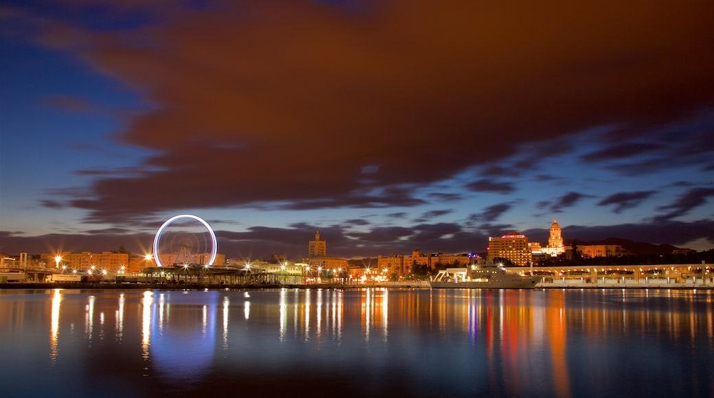 Malagas hamn som visar en stad, kustutsikter och nattliv