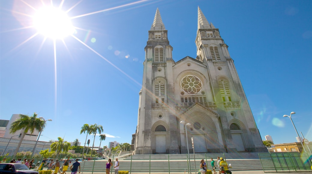 Catedral Metropolitana de Fortaleza ofreciendo imágenes de calles y una iglesia o catedral
