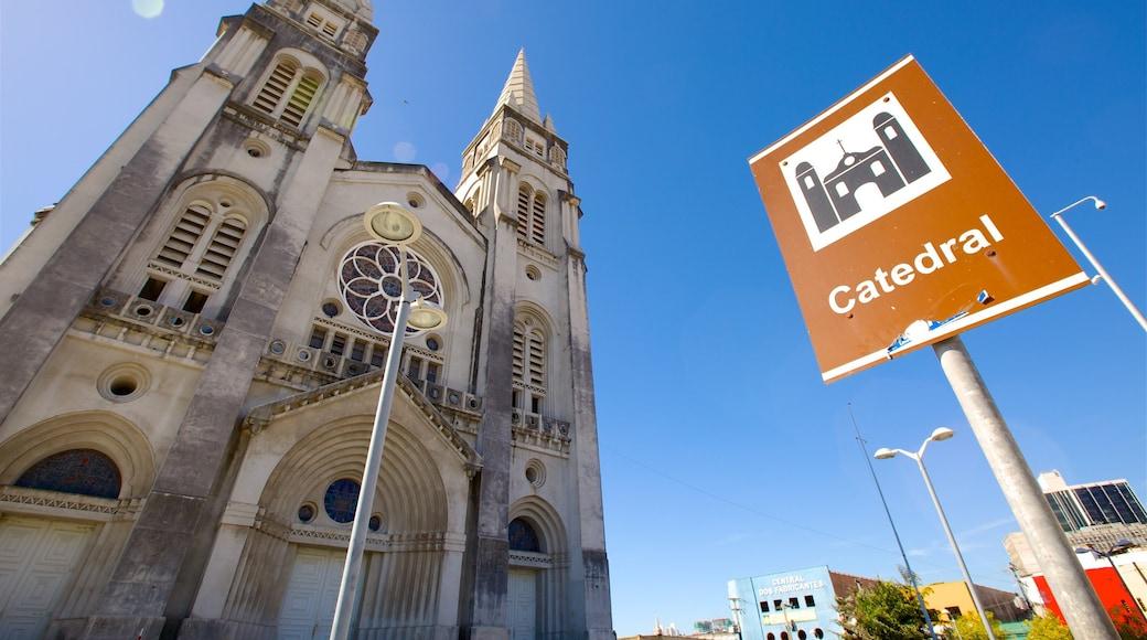 Catedral Metropolitana de Fortaleza que incluye señalización, una iglesia o catedral y imágenes de calles