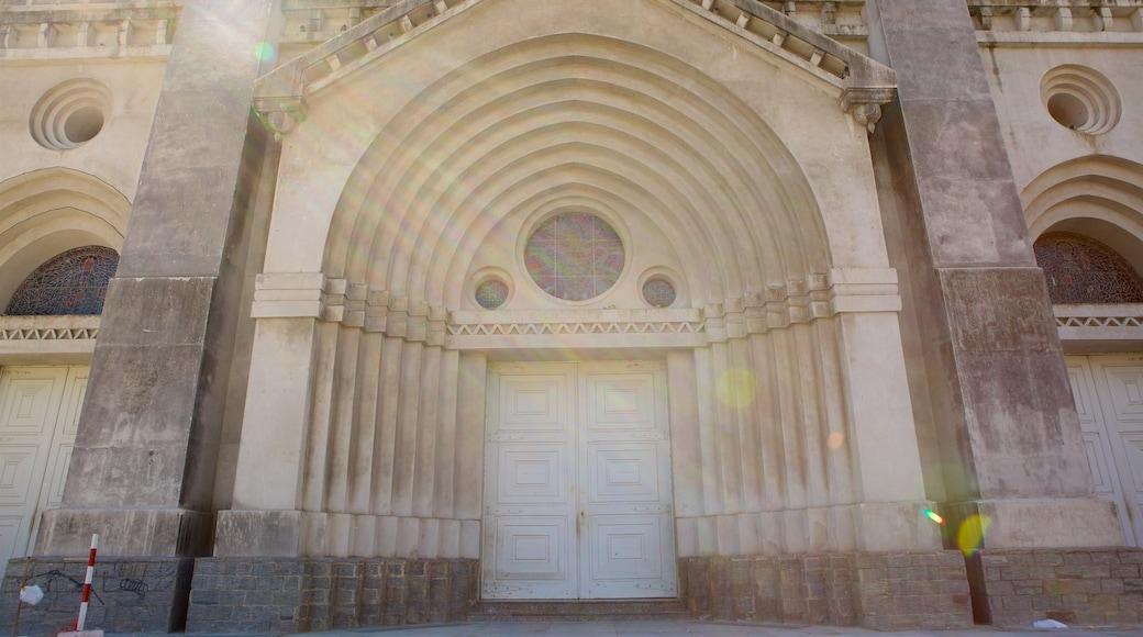 Catedral Metropolitana de Fortaleza ofreciendo una iglesia o catedral