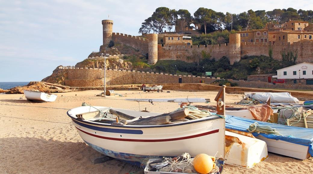 Girona som inkluderar chateau eller palats, båtkörning och en sandstrand