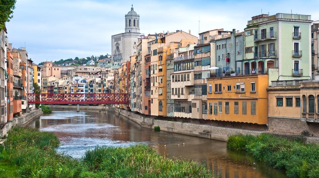 Girona presenterar en å eller flod och en liten stad eller by