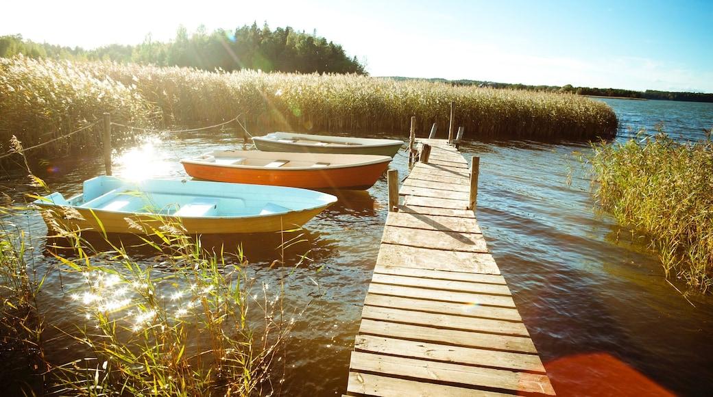 Turku johon kuuluu auringonlasku, silta ja järvi tai vesikuoppa