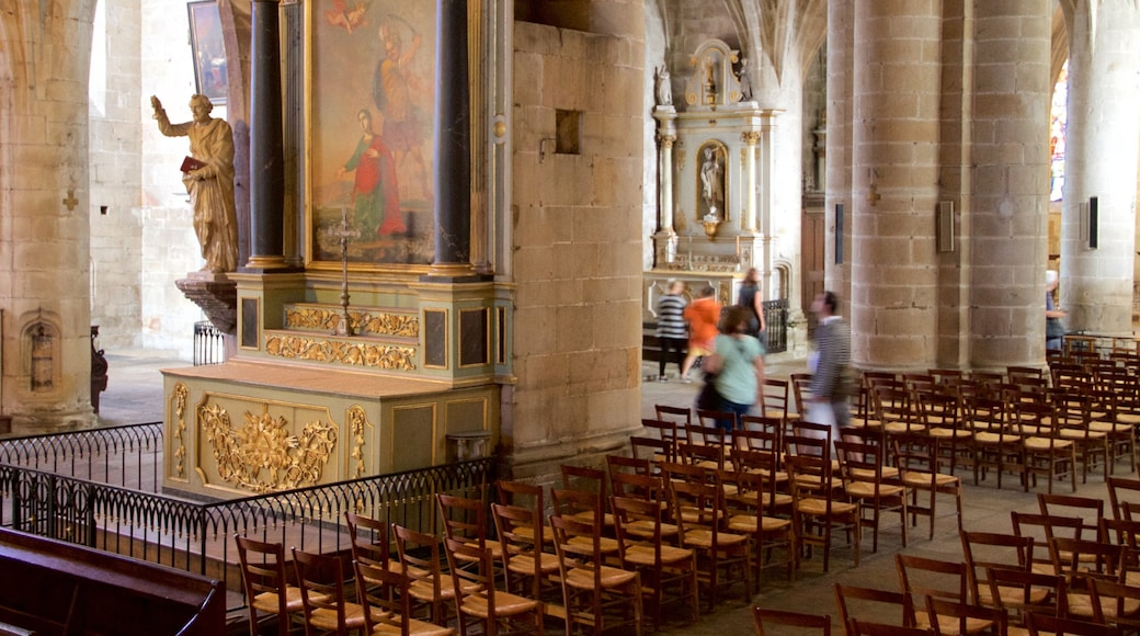 Eglise Saint-Sauveur qui includes vues intérieures, église ou cathédrale et aspects religieux