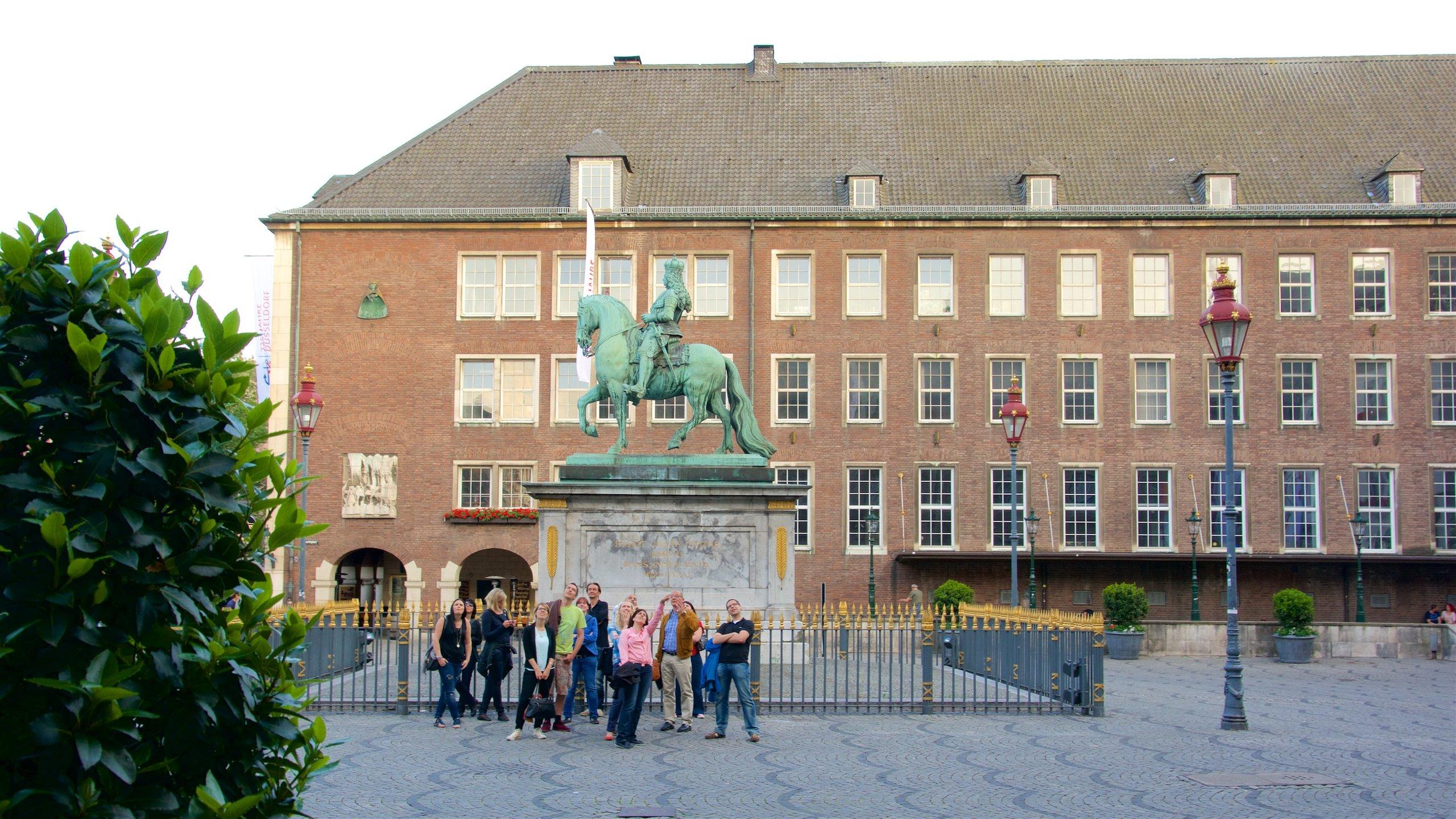 Visitez l'hôtel de ville, faites un tour au marché de Noël ou prenez part au carnaval de Düsseldorf sur cette place du centre-ville.