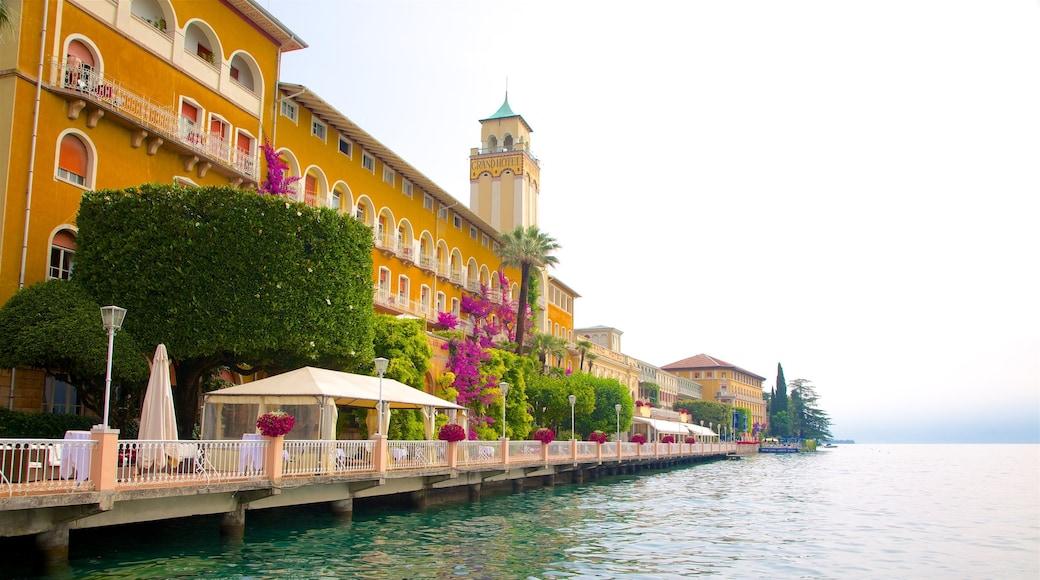 Gardone Riviera montrant baie ou port