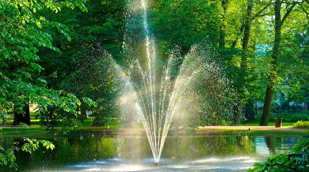 Schlosspark mit einem Park, Springbrunnen und Teich
