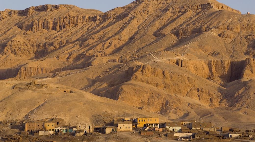 Egito que inclui uma cidade pequena ou vila, paisagens do deserto e cenas tranquilas