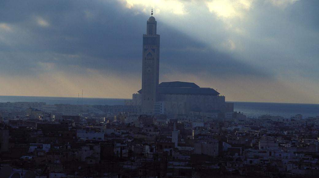 Marruecos mostrando un atardecer, una ciudad y una iglesia o catedral