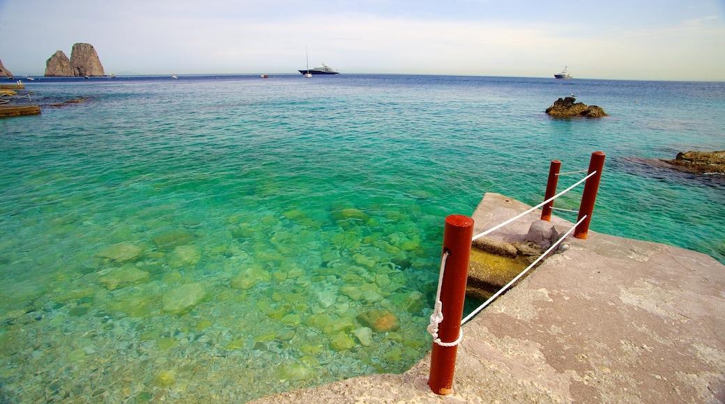 Marina Piccola que incluye vistas de una costa