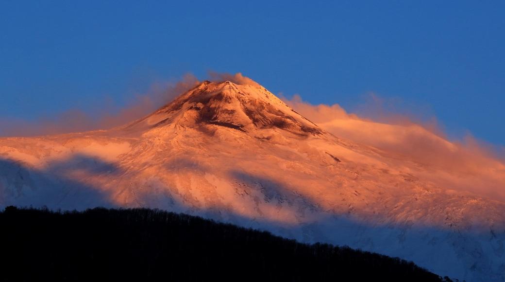 Catane - Etna montrant coucher de soleil, montagnes et brume ou brouillard
