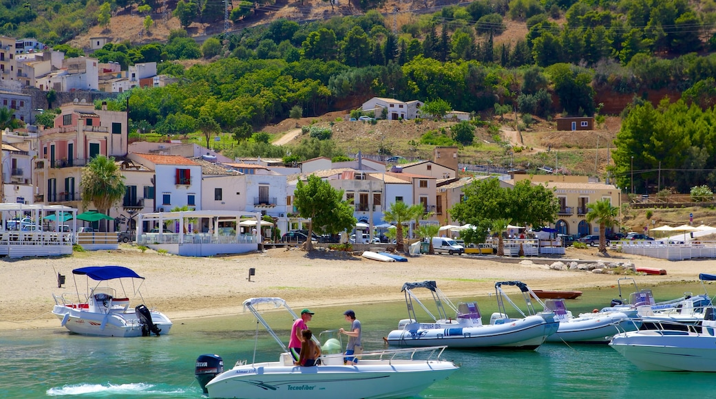 Castellammare del Golfo welches beinhaltet Strand, Küstenort und Bootfahren