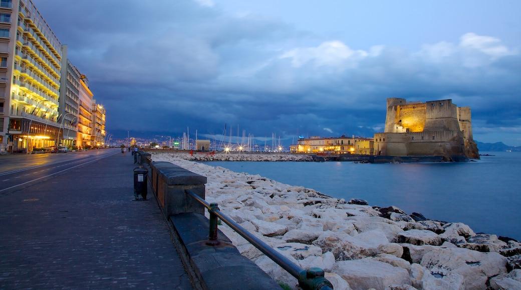 Castel dell\'Ovo ofreciendo un castillo, escenas nocturnas y vistas de una costa