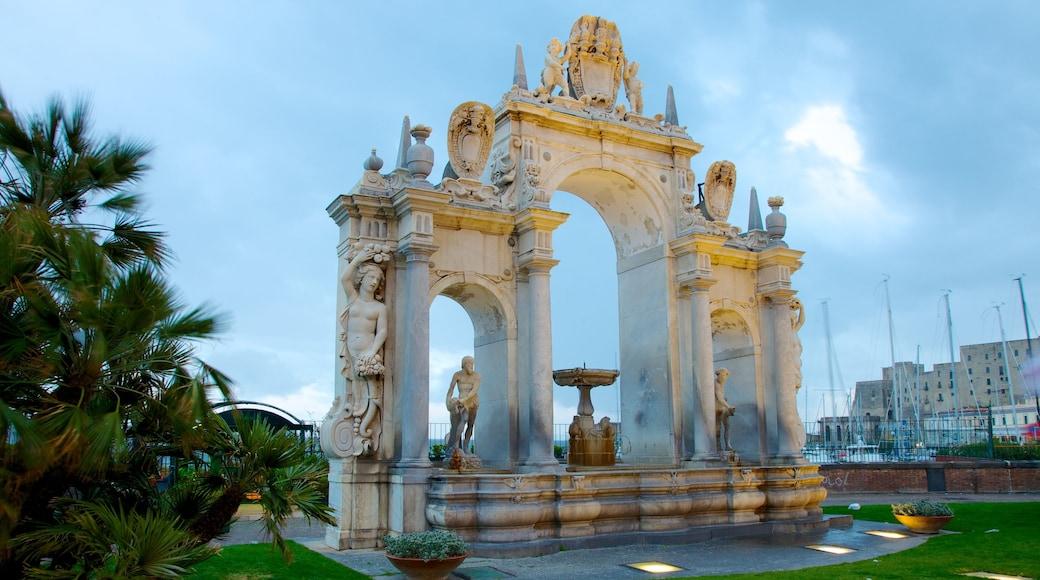 Castel dell\'Ovo ofreciendo elementos patrimoniales y un monumento