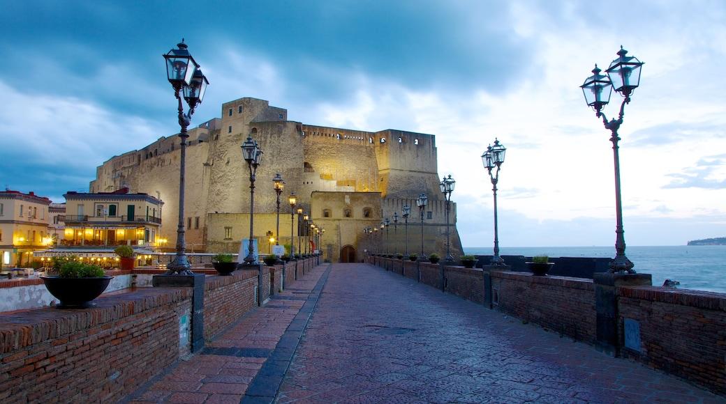 Castel dell\'Ovo ofreciendo vistas de una costa, un castillo y elementos patrimoniales