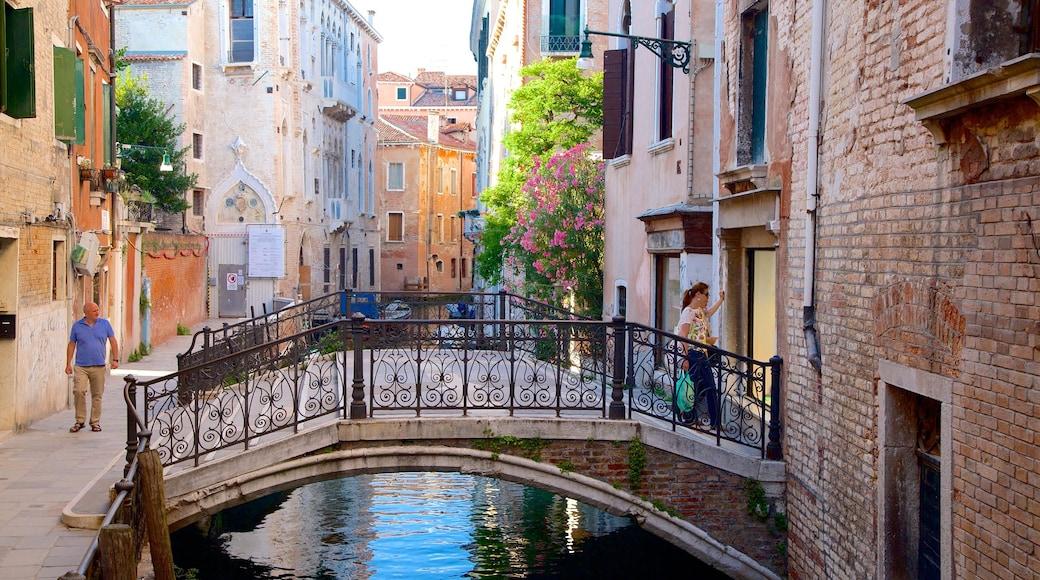 Castello que incluye un puente, elementos del patrimonio y un río o arroyo