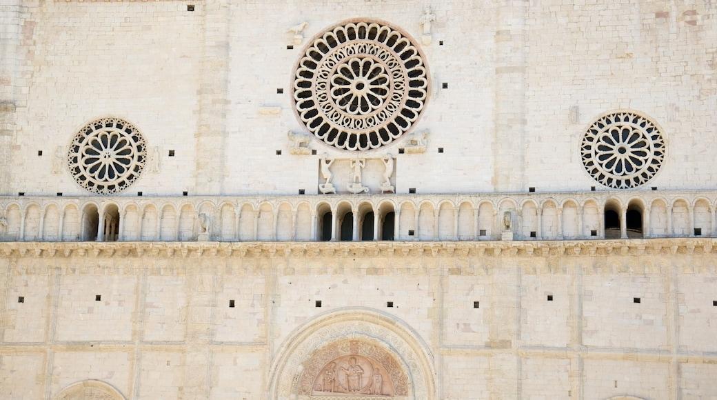 Catedral de San Rufino caracterizando uma igreja ou catedral