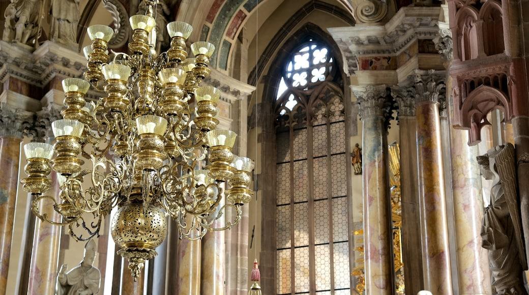 Dom Maria Himmelfahrt welches beinhaltet Innenansichten und Kirche oder Kathedrale