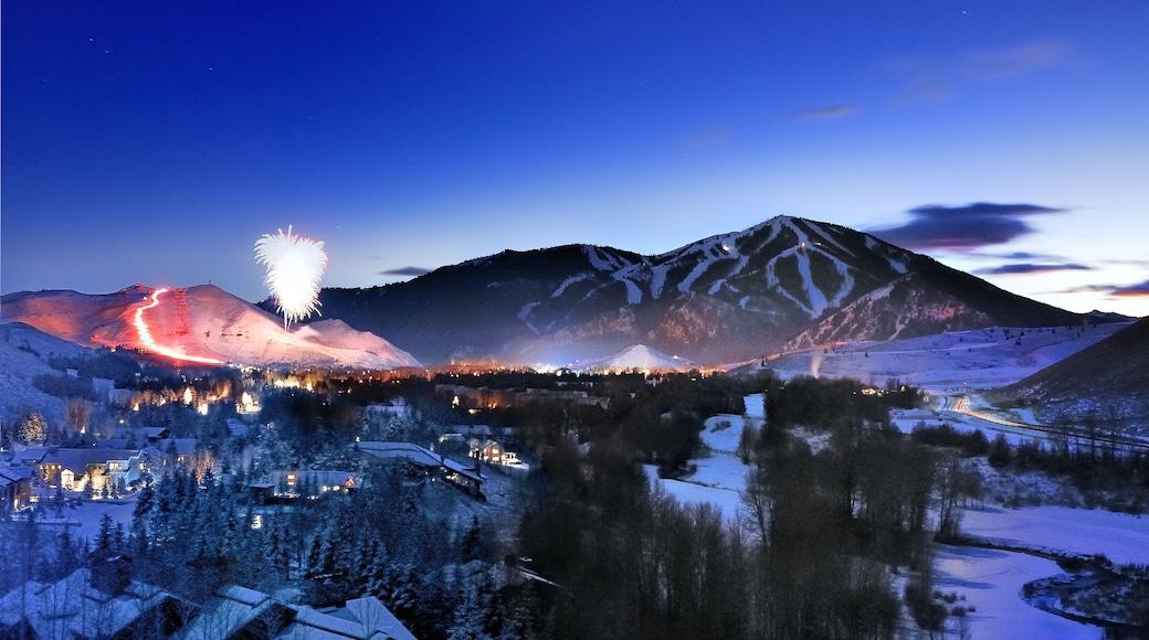 太陽谷 设有 小鎮或村莊, 山水美景 和 下雪