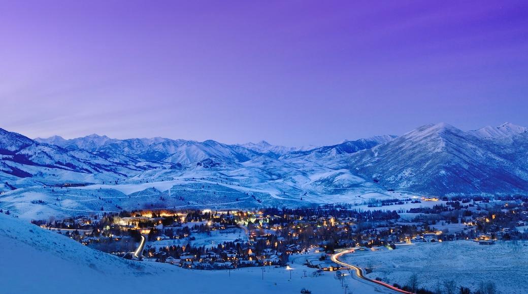 太陽谷 其中包括 山水美景, 下雪 和 小鎮或村莊