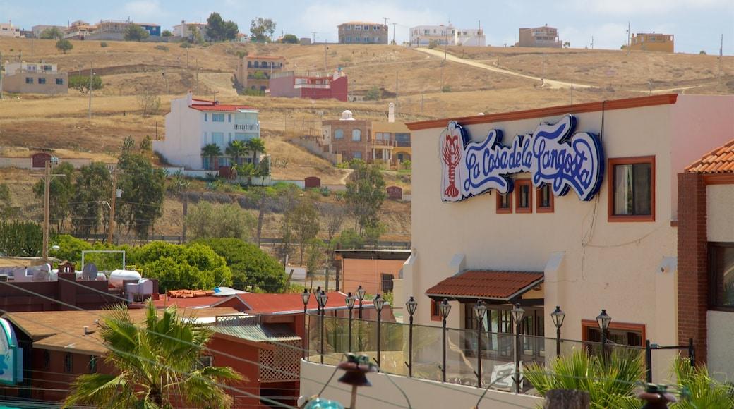 Puerto Nuevo ofreciendo una pequeña ciudad o pueblo y vistas de paisajes
