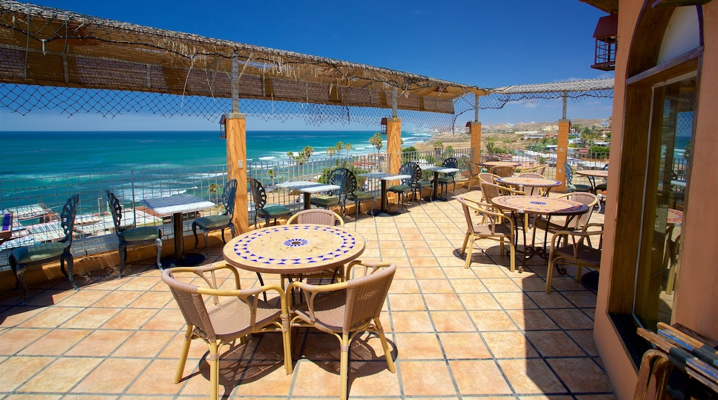 Puerto Nuevo que incluye vistas generales de la costa