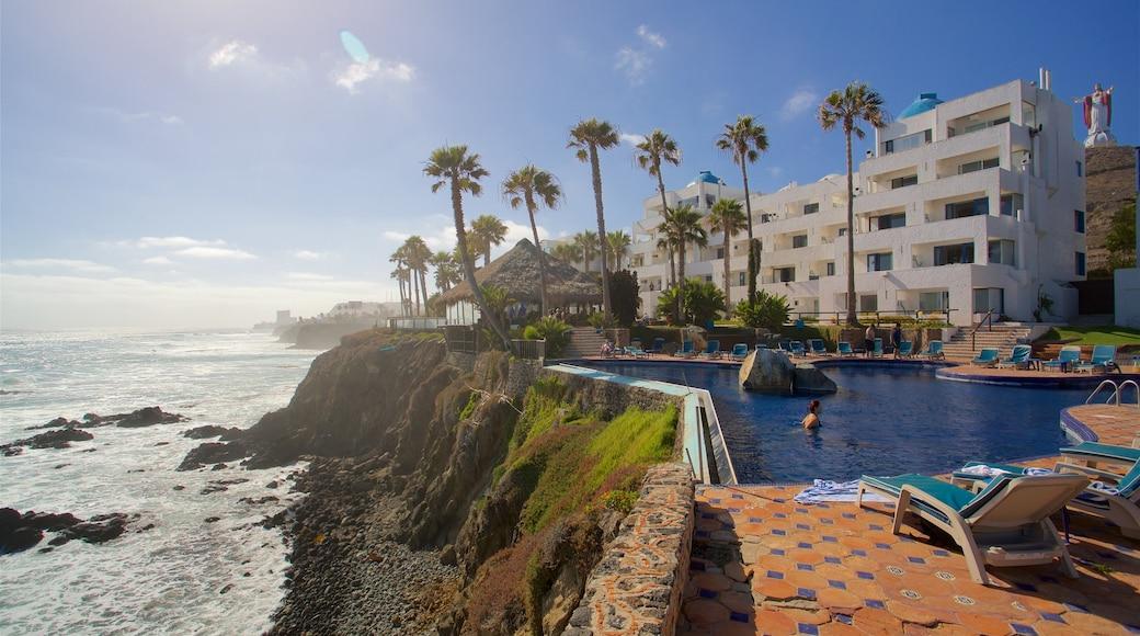 Rosarito que incluye un hotel o resort de lujo, una alberca y costa rocosa