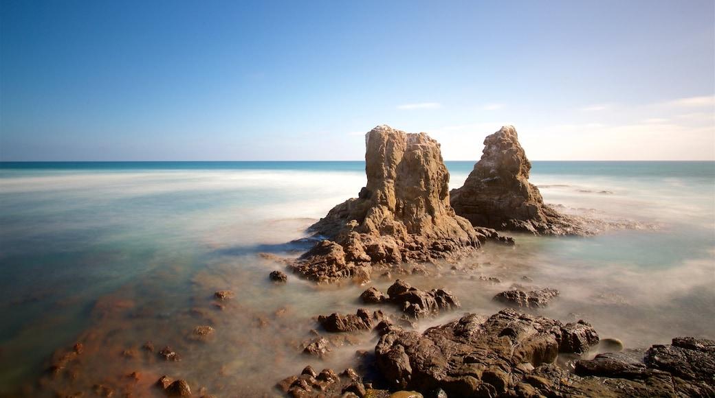 Rosarito ofreciendo costa escarpada y vistas generales de la costa