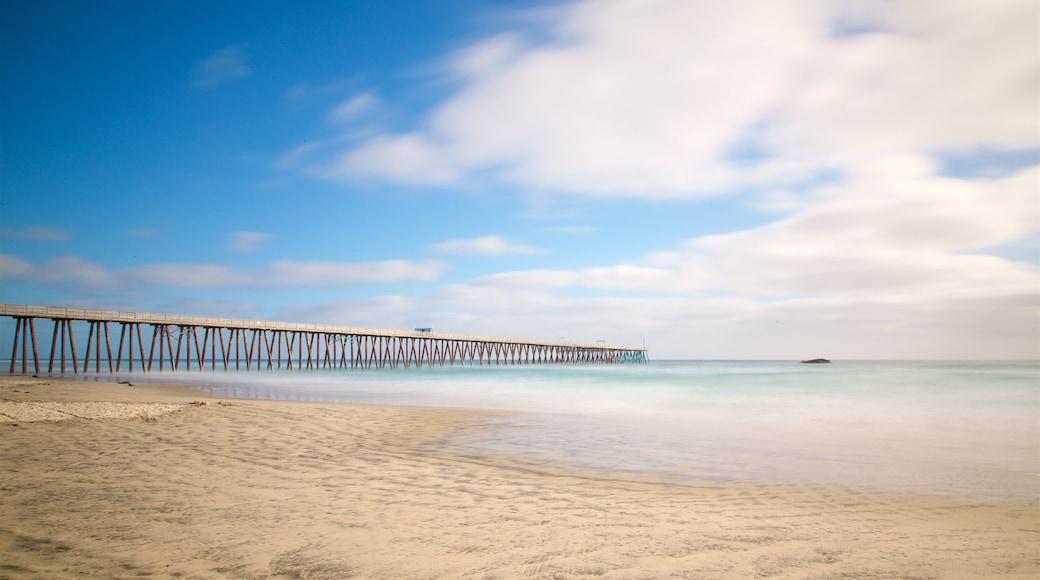 Rosarito ofreciendo una playa de arena